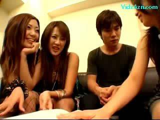 3 κορίτσια τραβώντας μαλακία τσιμπουκώνοντας guy shaft φιλιά επί ο κρεβάτι