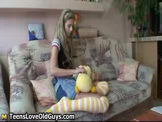 Cudowne lalka dziewczyna spreads jej nogi