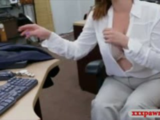 Foxy rondborstig bedrijf dame nailed door pawn man voor plane ticket