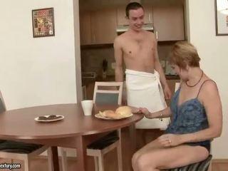 Nxehtë gjyshja enjoys seks me një djalë