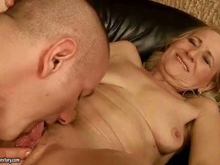 Sensuous grandmother dicklicking și procesul de luare a dragoste youthful snake