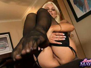 Monica mayhem acquires 그녀의 손 busy working 에 그녀의 trickling 뜨거운 고양이