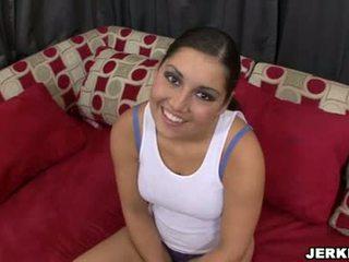 E ëmbël sexually excited emma cummings tregon larg të saj sporty curves