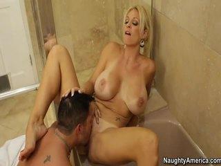 Karstās blondīne ar liels vientiesis uz a sekss video