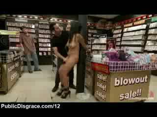 Rondborstig babe fondled en toyed in porno winkel