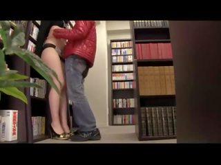 書店趁四下無人,偷偷插上正在看