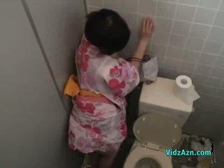 Azjatyckie dziewczyna w kimono fucked z za sperma do tyłek w the toilette