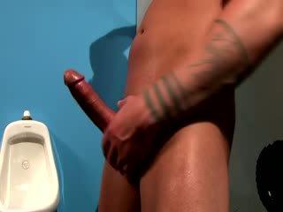 Sledovat tough muscular knoflíček jizz vše přes jeho ruční a paže