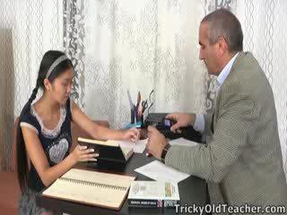 See aasia õpilane on loving the tähelepanu pärit tema juhendaja