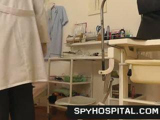 Naakt female becomes een victim van dokter verborgen camera