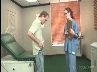 Tempting doctor rubs su patient's rabo