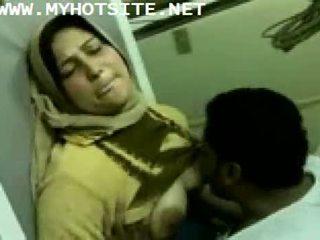 Arab hemmafru körd av ung pinn