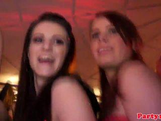 Euroteen party babes haben spaß mit strippers