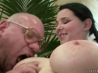 Laimīgs vectēvs jāšanās ar krūtainas pusaudze