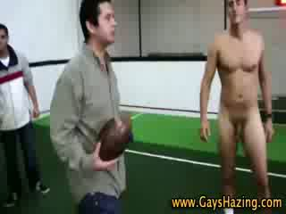 Heteroseksueel fraternity pledges spelen naakt football en zuigen shaft