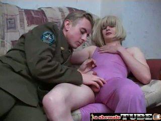 Chéo thay đồ trong purple váy pleases cô ấy đàn ông